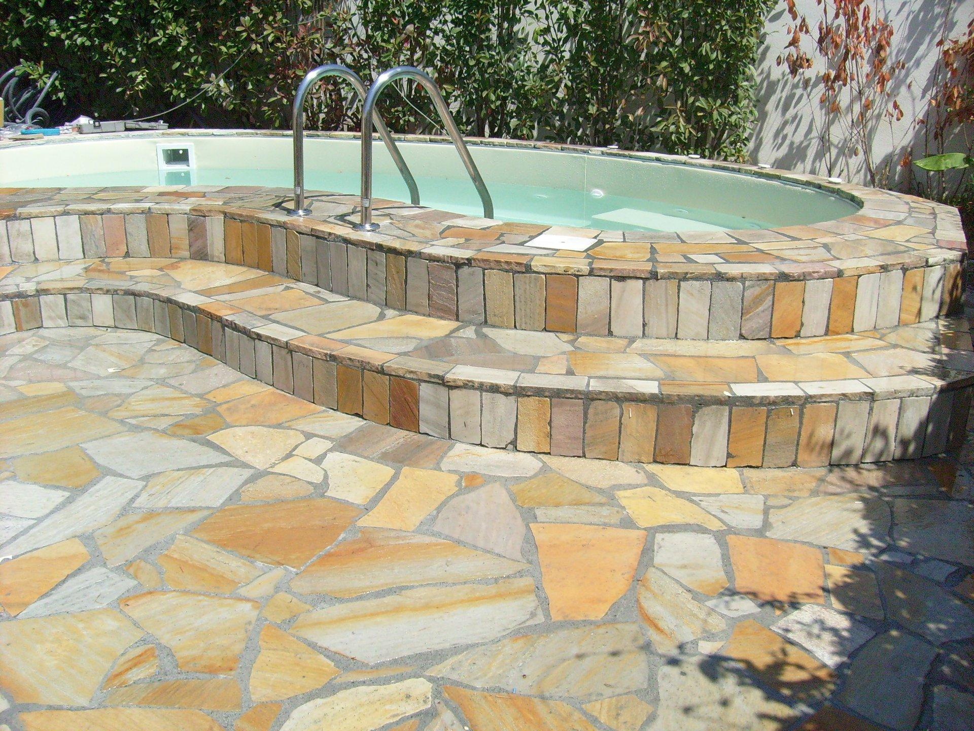 piscina con intorno pavimento in porfido