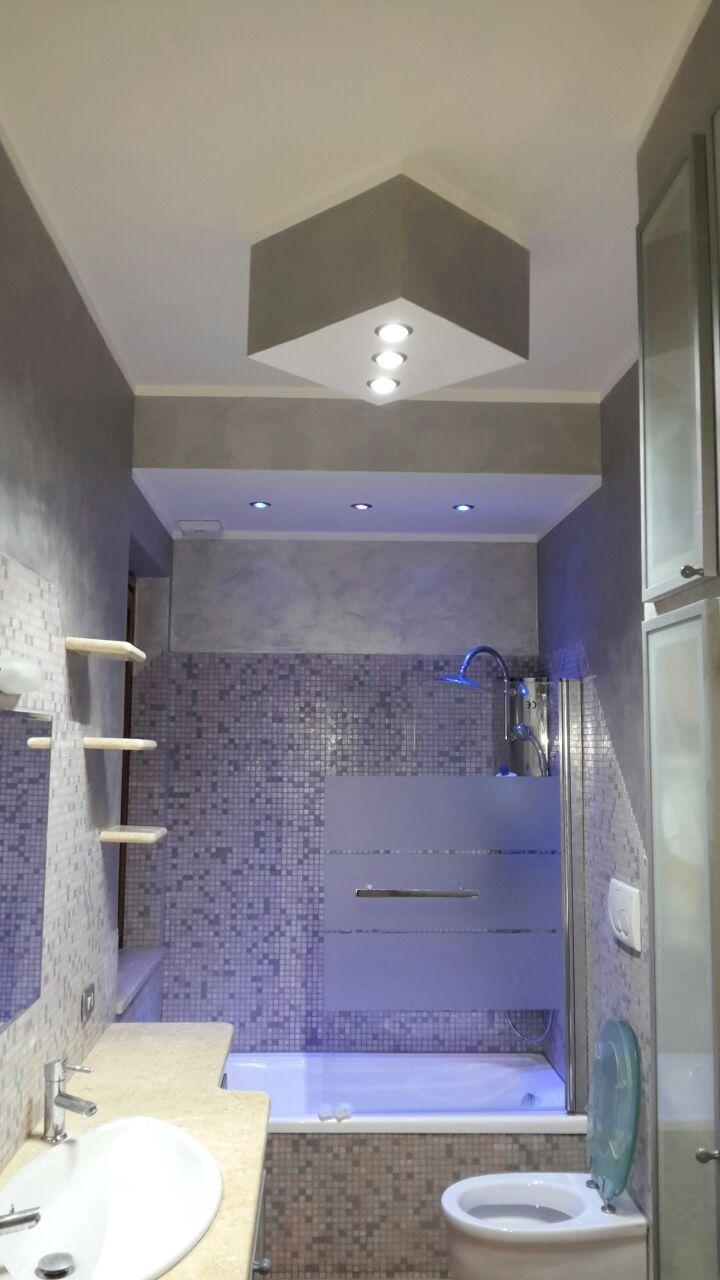 bagno ristrutturato con rivestimenti in pietra