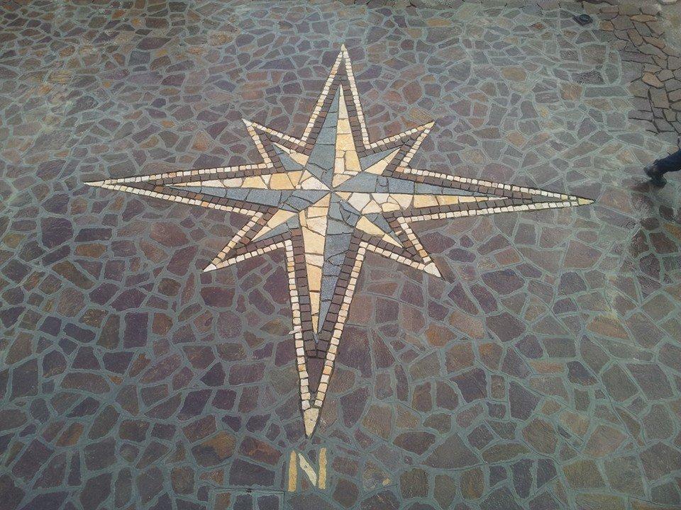 rosa dei venti su pavimentazione in pietra