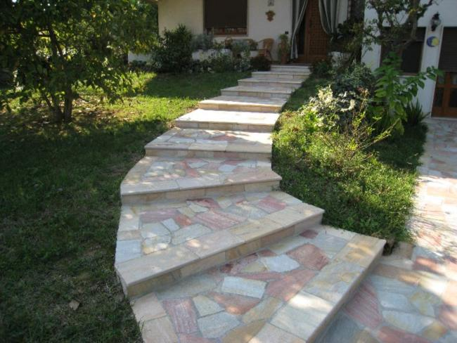 in giardino scala in pietra curva