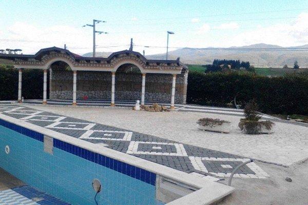 piscina e pavimentazione in pietra
