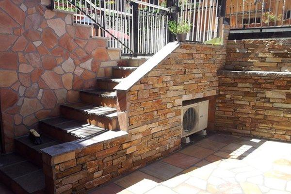 muretto esterno con scala in pietra