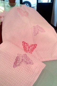 farfalle ricamante su asciugamani