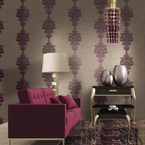 divano rosso con parete fantasia sullo sfondo