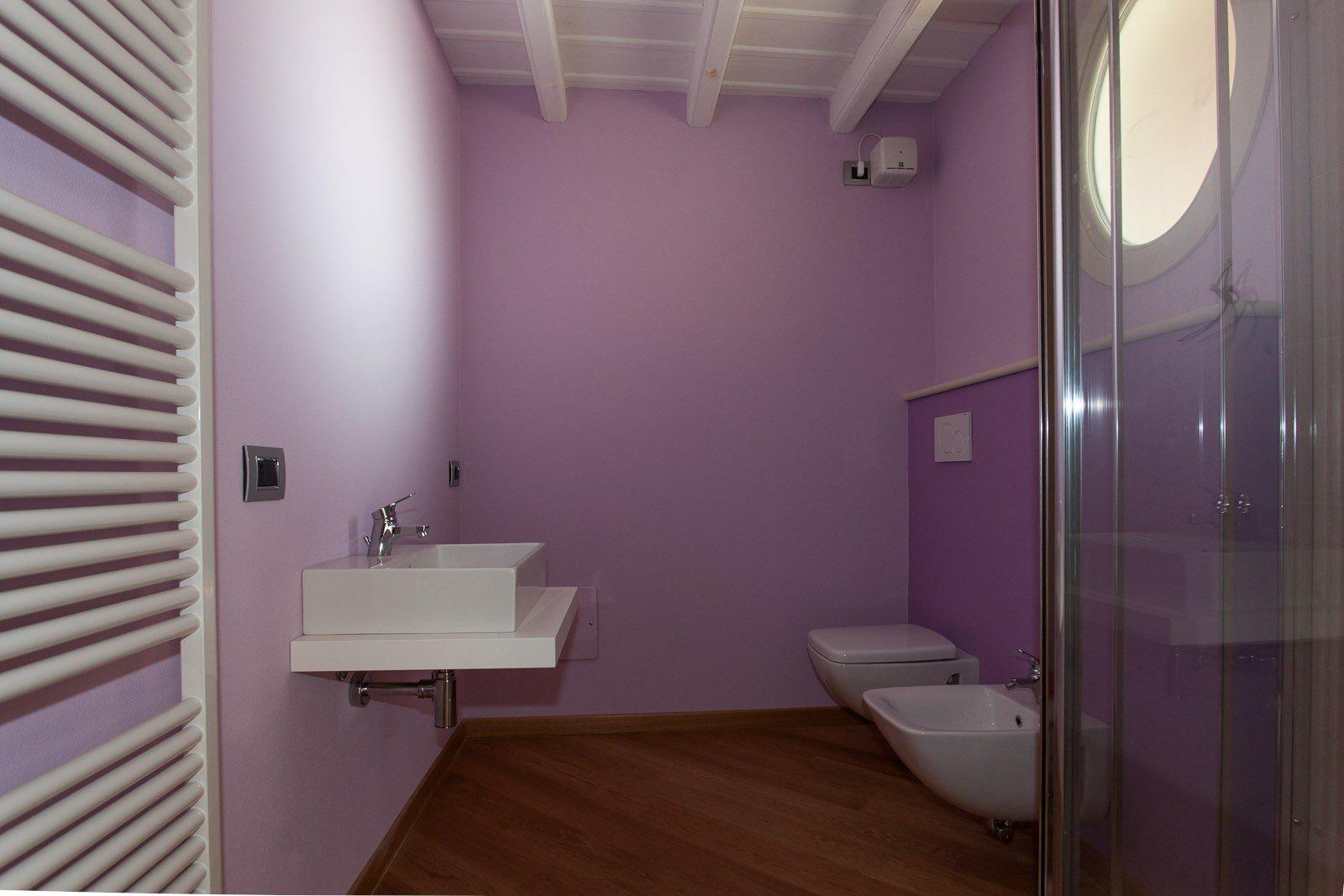 pareti bagno lilla