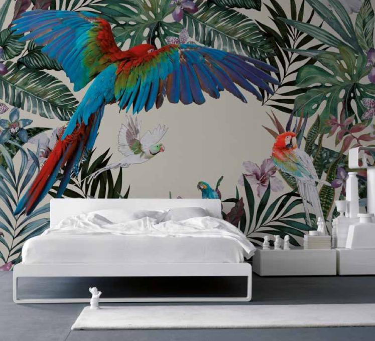 letto con parete decorata sullo sfondo