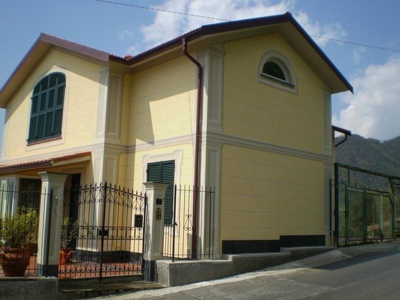 facciata di grande villa gialla