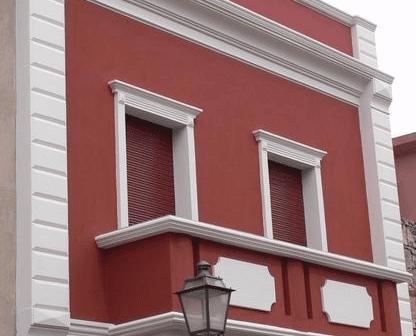 due finestre su balcone