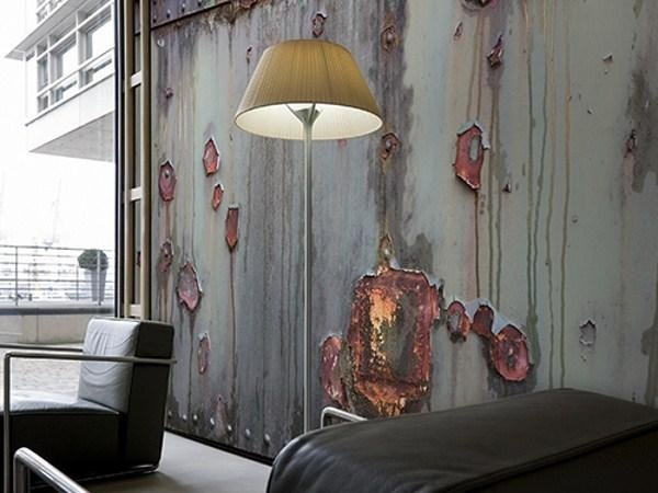 decorazioni su parete con fondo grigio