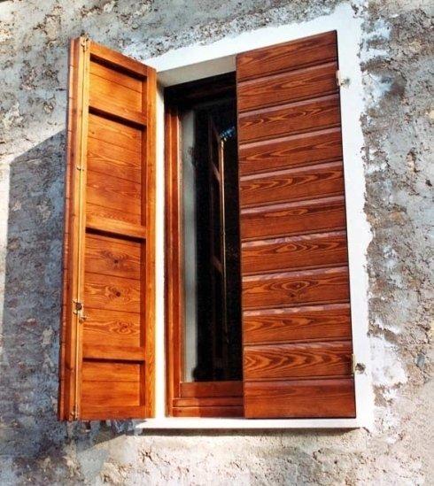 mezza persiana in legno aperta