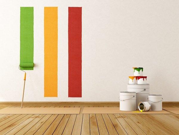 prove colore su parete bianca