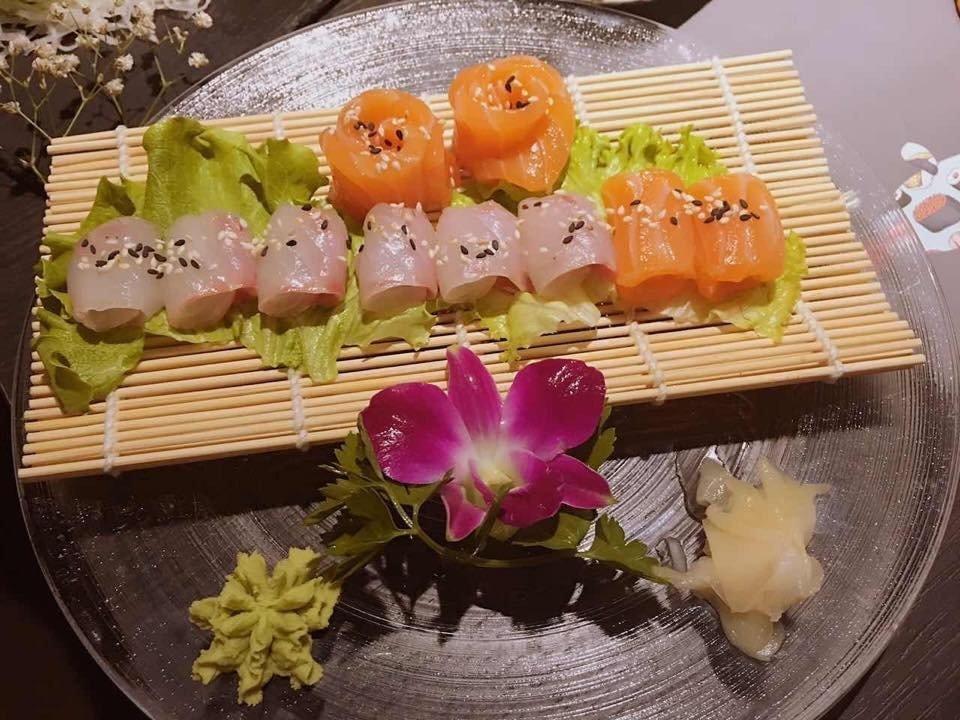 Piatto con sashimi salmone,shake salmone , shake maki e maki fritto