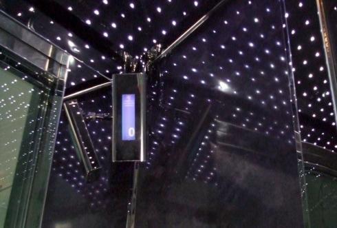 Interno di un ascensore moderno con giochi di luci e specchi
