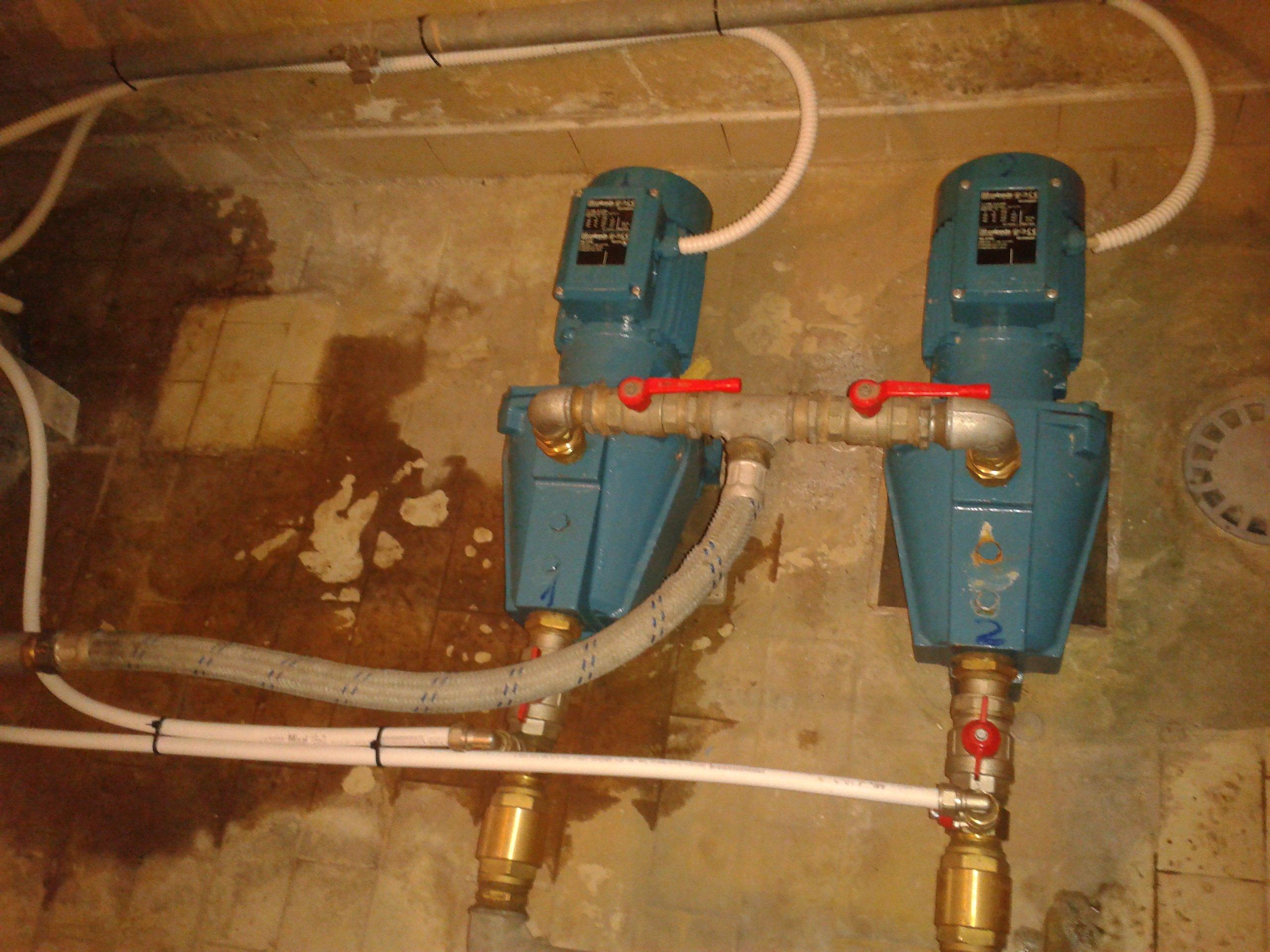 Delle centraline dell'acqua con tubi