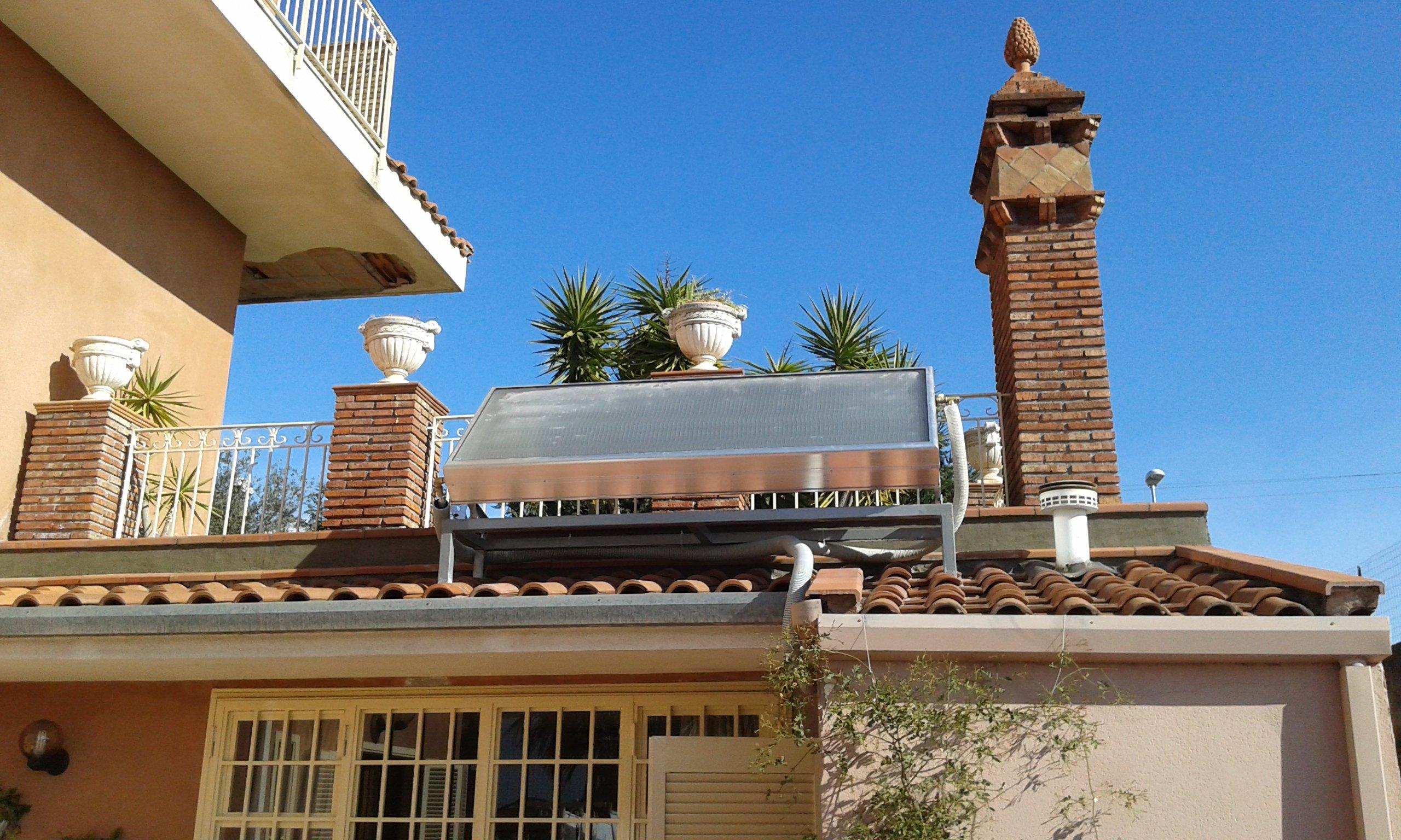 Un pannello fotovoltaico installato su un tetto