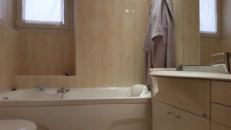 bagno con vasca e mobile