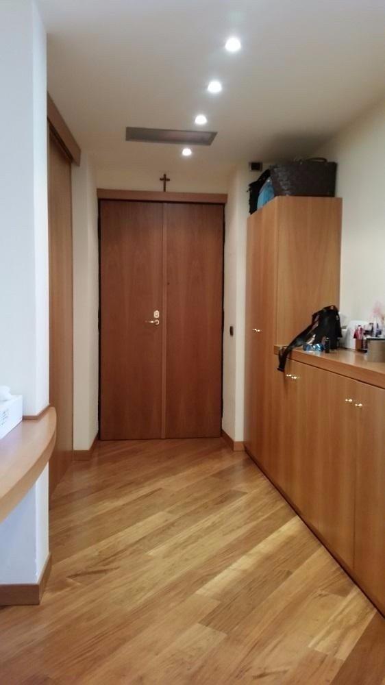 stanza con mobili e porta in legno