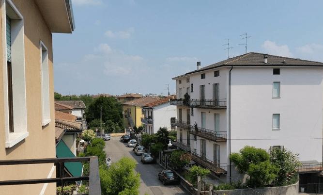vista dall'alto di una via con case e appartamenti