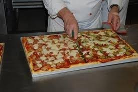 chef che taglia la pizza