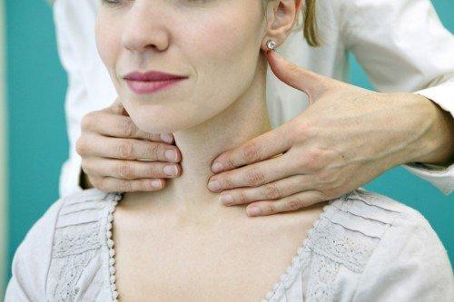 Fisiatra massaggia il collo di una paziente