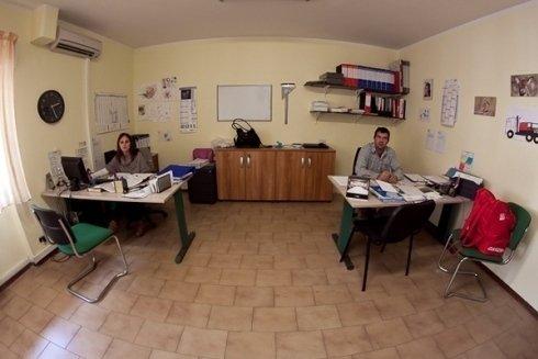 La segretaria dell'azienda con il Signor Canzonetti.