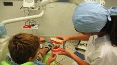 dentista mostra calco di dentatura a un bambino