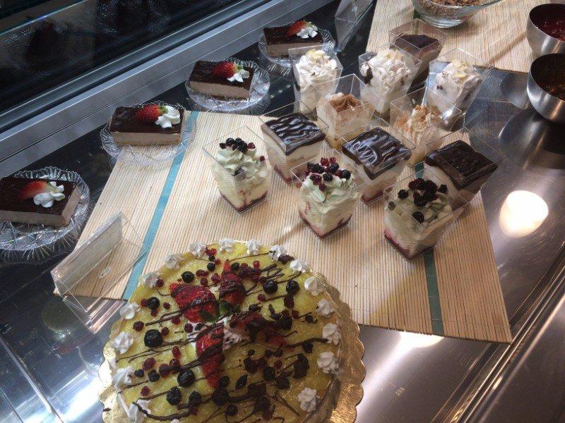 una vetrina con delle torte alla frutta e altri dolci