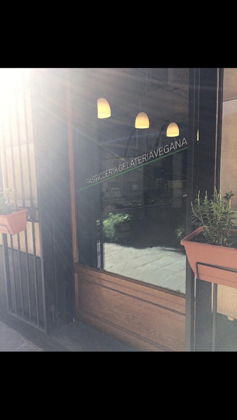 L'entrata della porta della Pasticceria Gelateria Vegana