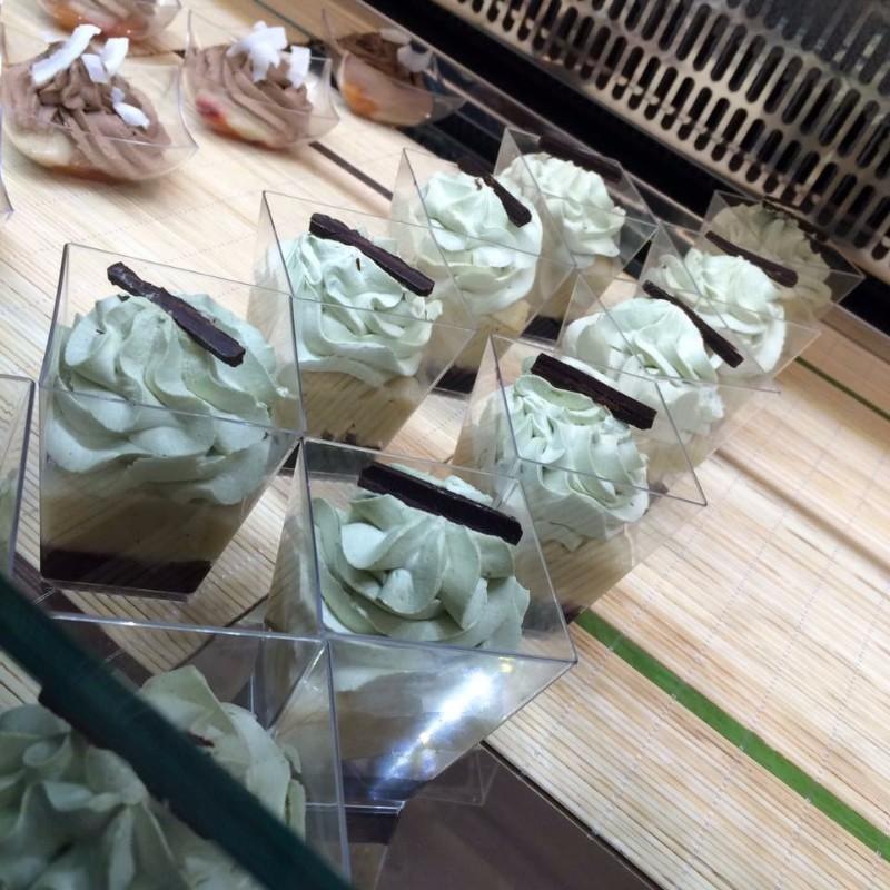 Delle coppe di mousse al cioccolato