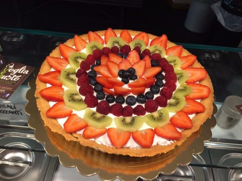 Una torta farcita con Fragole, kiwi e frutti di bosco