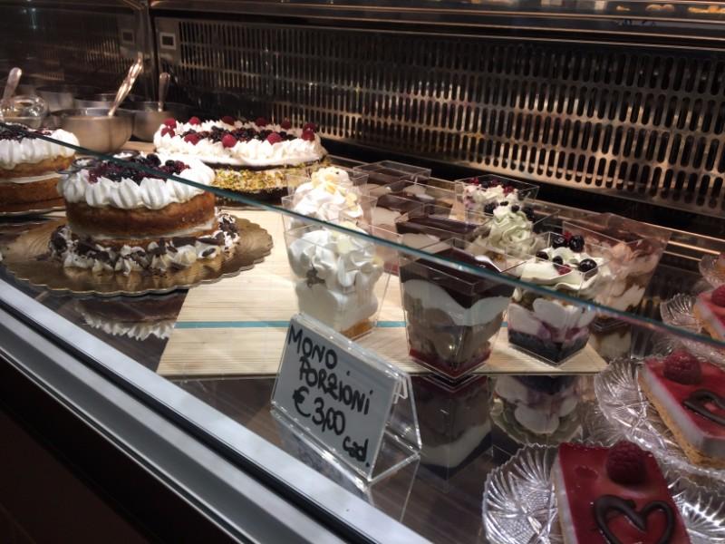 Delle torte in una vetrina