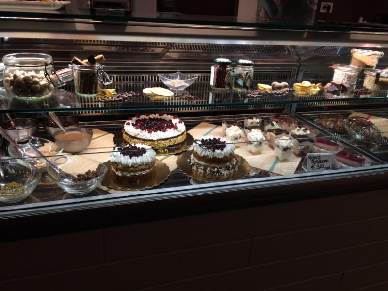una vetrina con dei biscotti e delle torte