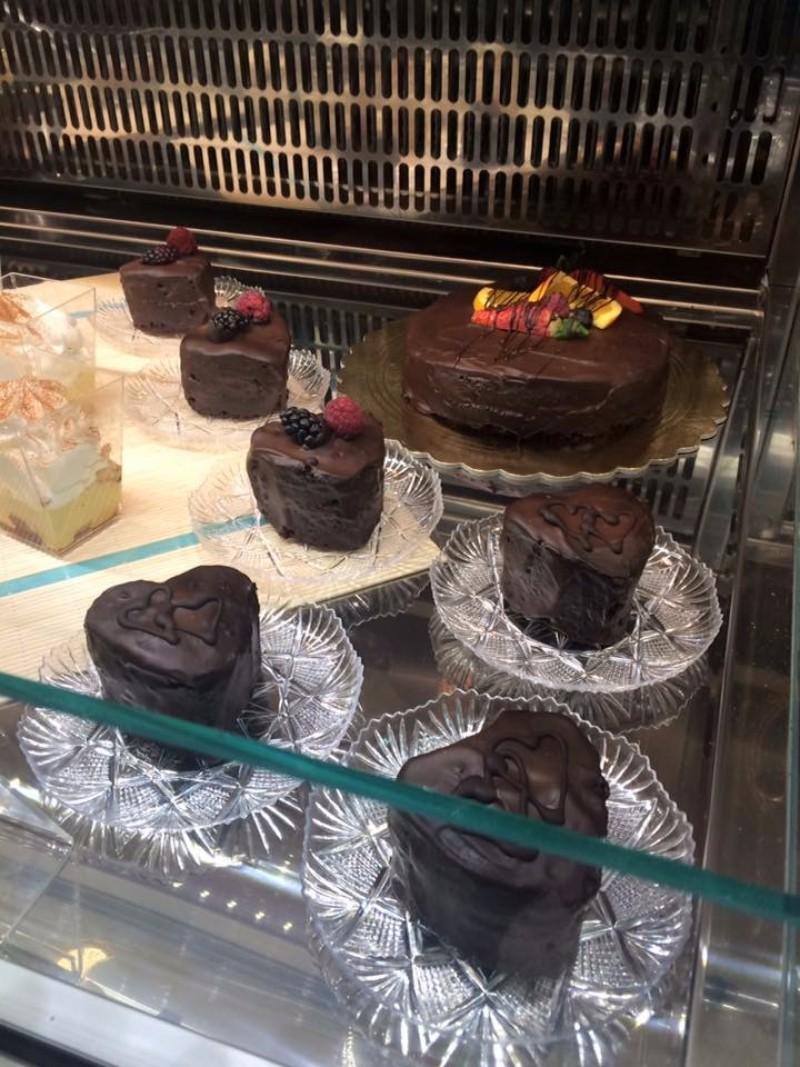 Delle tortine al cioccolato e frutta