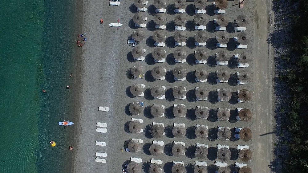 spiaggia con ombrelloni fotografata dall'alto