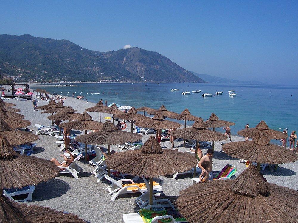 spiaggia con sdraio ed ombrelloni