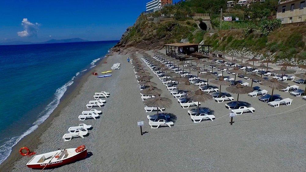 spiaggia con sdraio