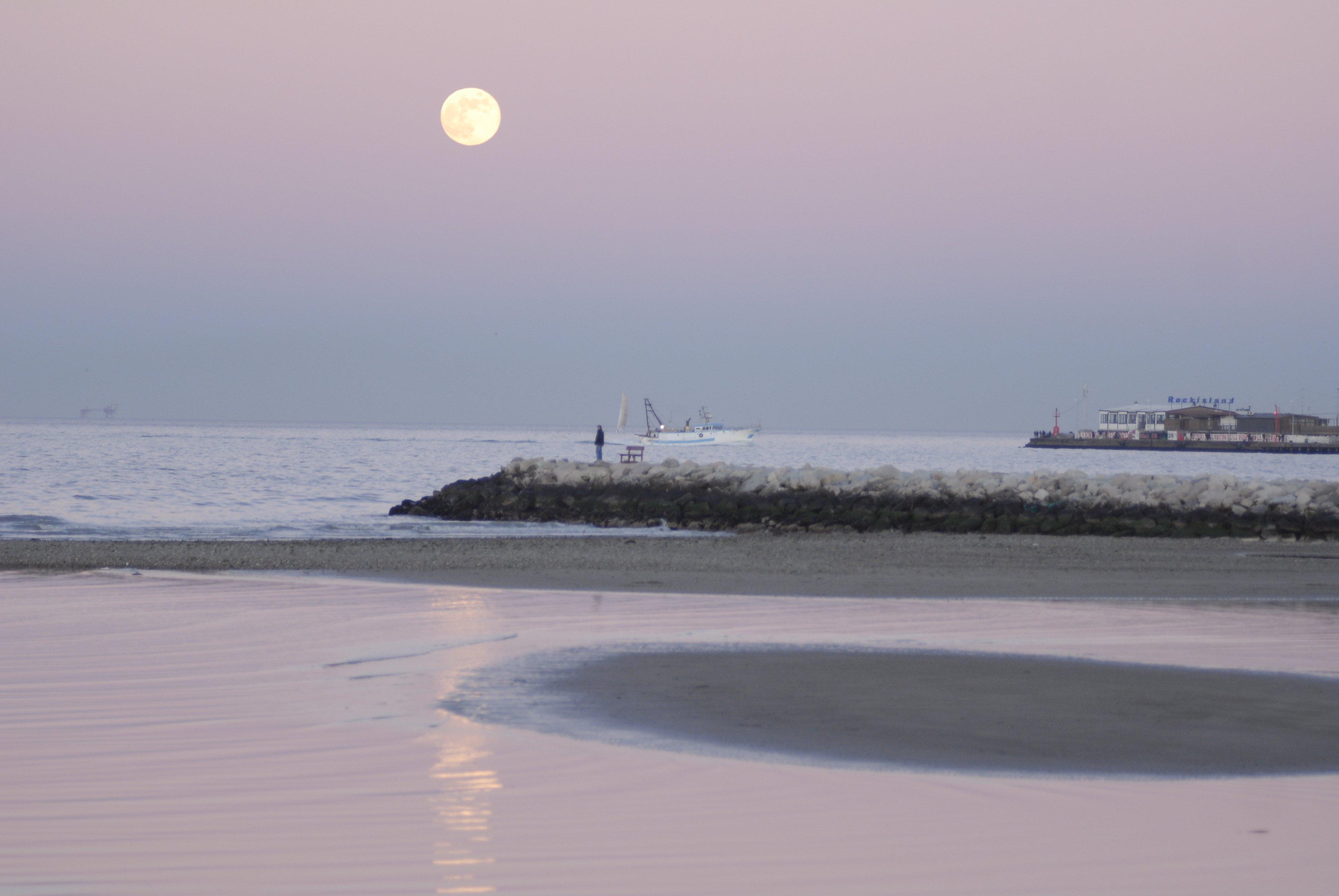 vista del mare con alba