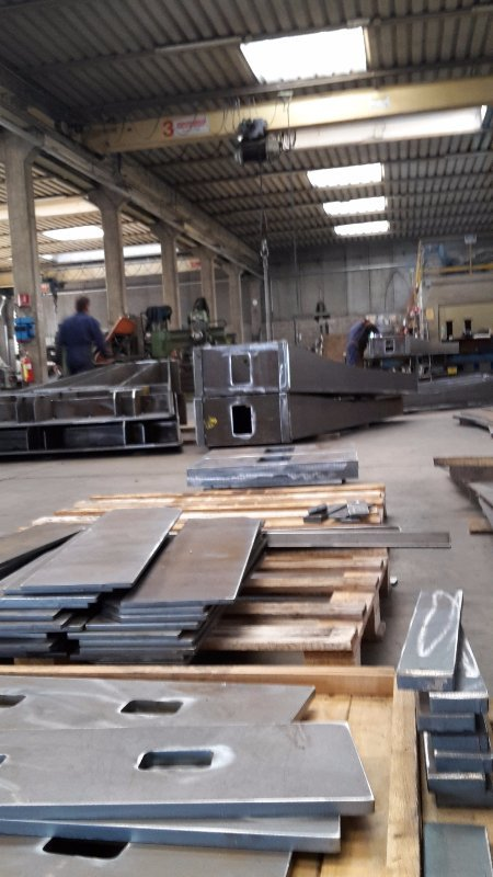 magazzino con lastre in ferro in pila