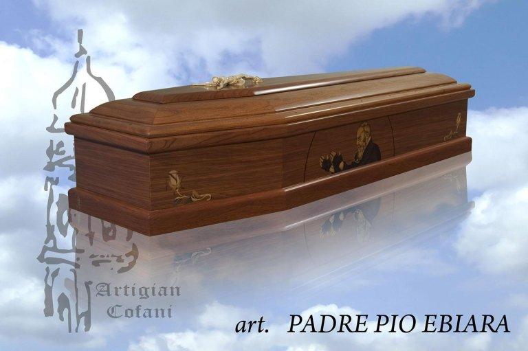 una bara in legno con un disegno di Padre Pio