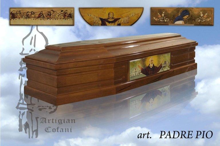 una bara in legno  con un'immagine di Padre Pio e sopra altre tre immagini religiose