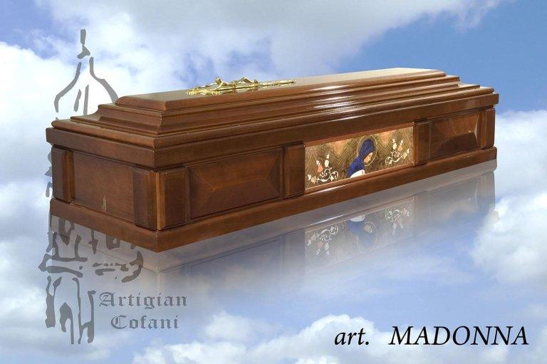 una bara in legno con un'immagine della Madonna