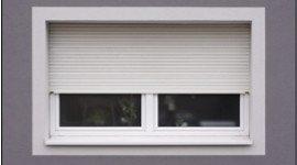 finestra con tapparella bianca