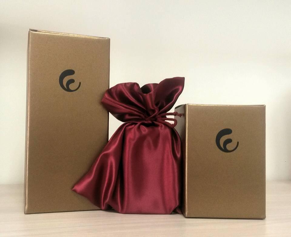 due scatole dorate e un sacchettino satinato