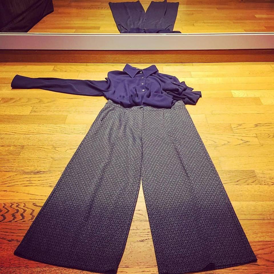 camicetta blu e pantaloni palazzo di color blu scuro e grigio