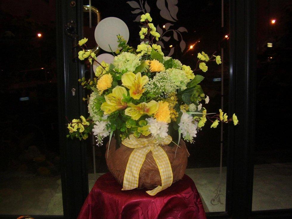 vaso di fiori gialli su un tavolo