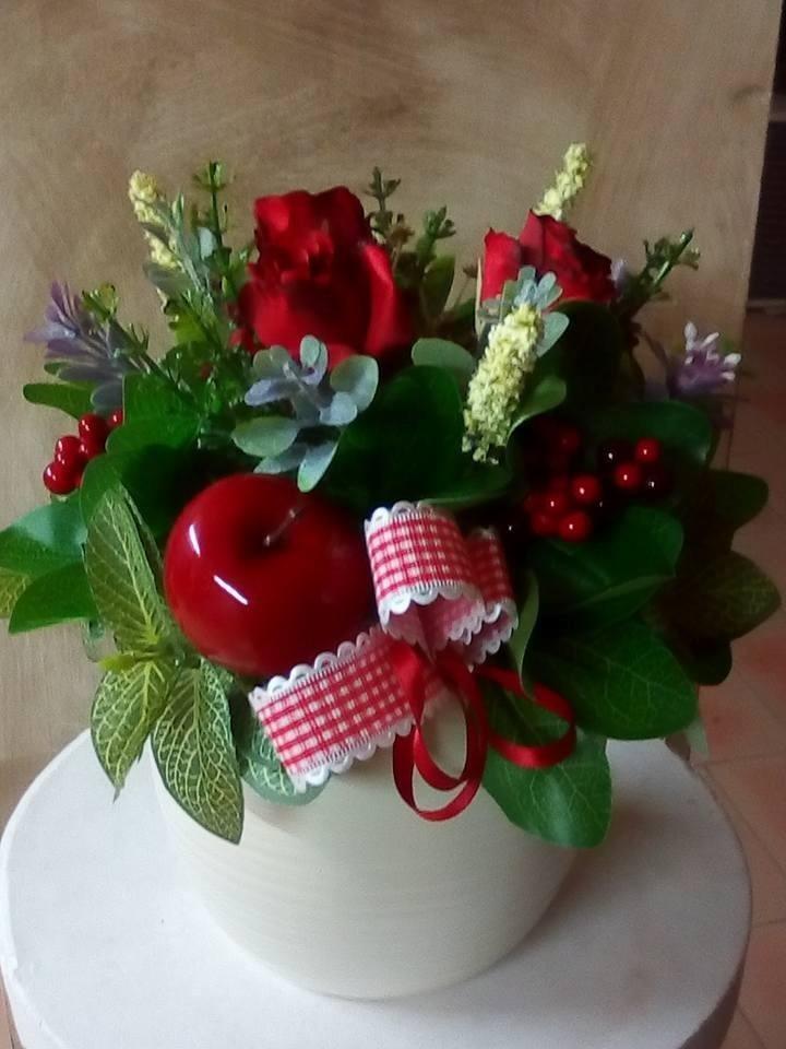 vaso di fiori artificiali sul tavolo