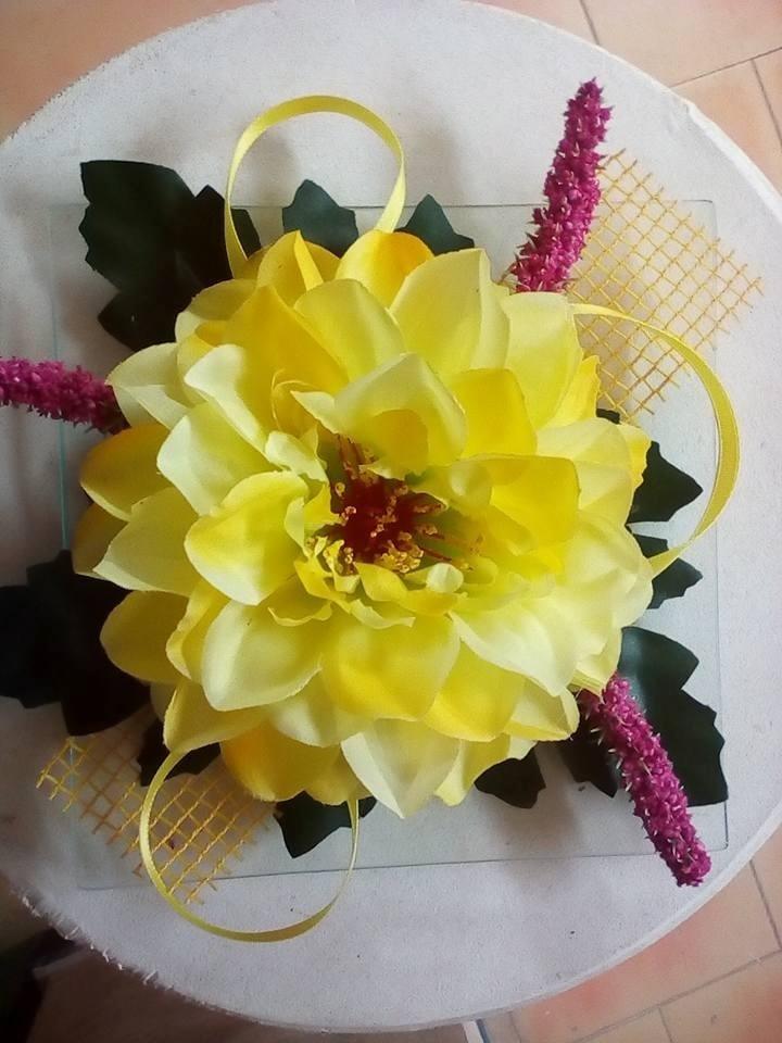 fiore artificiale gialla