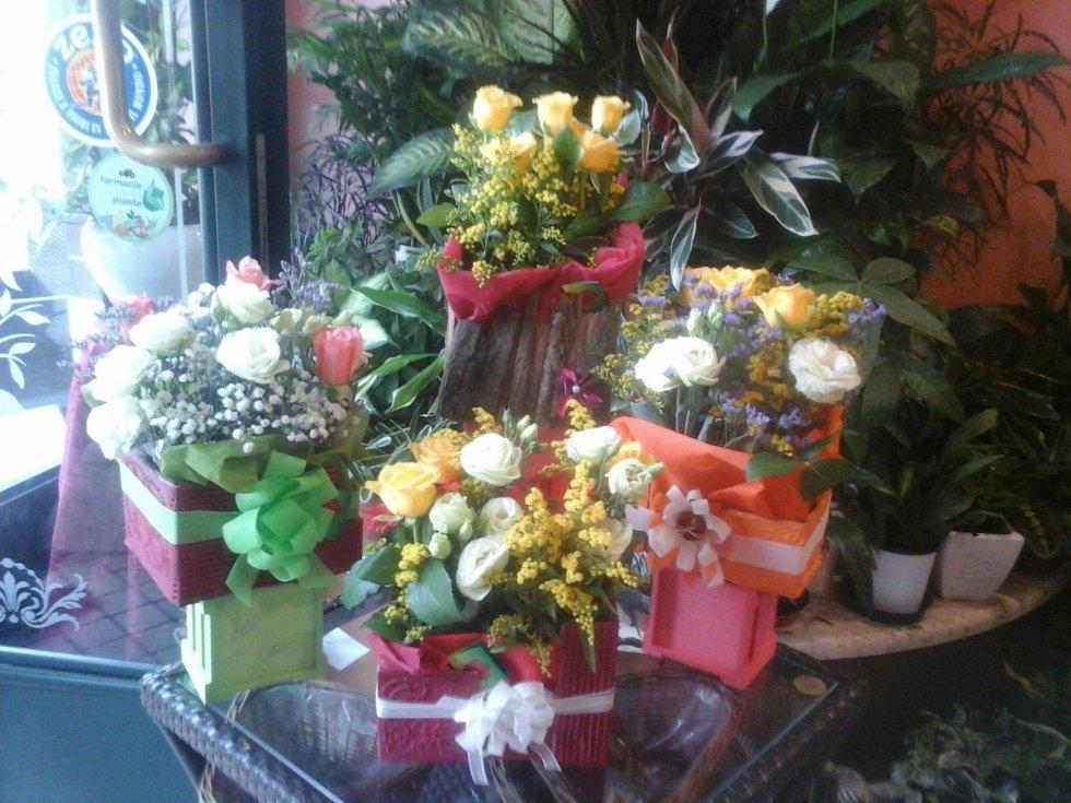 vista laterale fiori con bouquet in negozio