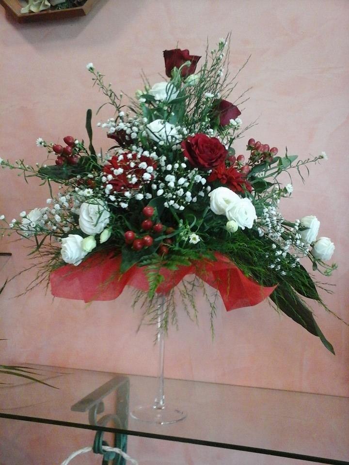 vaso elegante con i fiori rose bianche e rosso