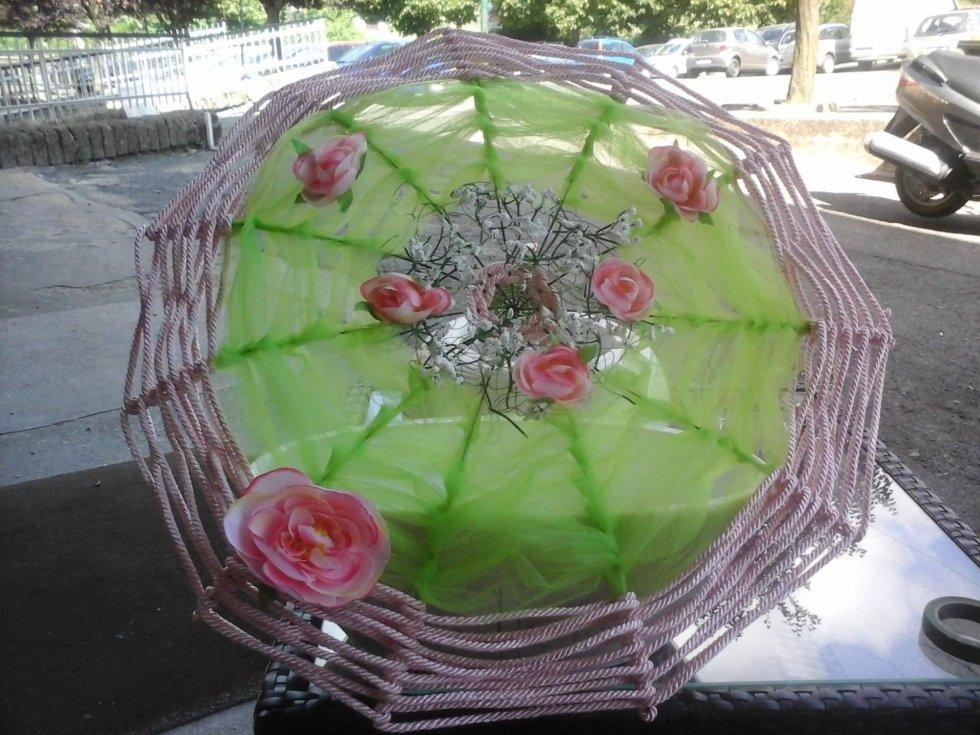 fiori a forma di ombrello con bordo di fune